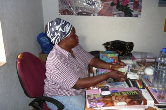 Mélanie heeft net het geld in ontvangst genomen bestemd voor zwangere vrouwen met malaria