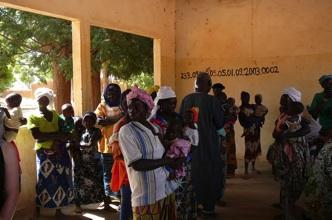 Vrouwen in de rij bij het Ziekenhuisje van Zimtanga