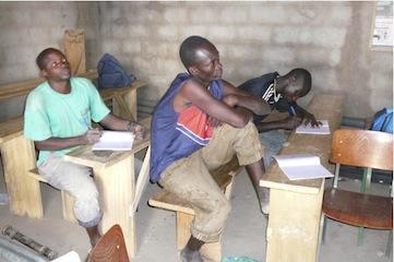 Salif (midden) in  opperste concentratie tijdens zijn opleiding